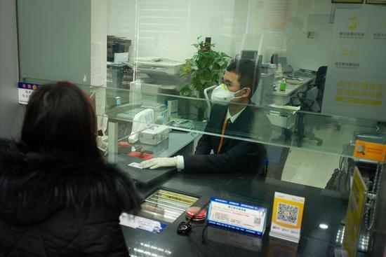 温州银行工作人员为客户提供服务。  温州银行 供图