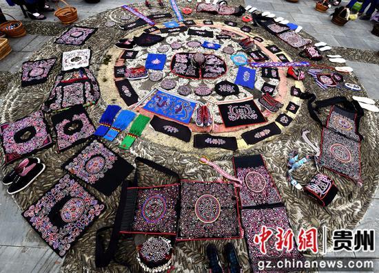 绣娘集中到平秋九寨侗族博物馆展示近期刺绣作品