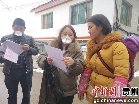 林星妍同志入户向群众宣传疫情防控相关政策及防护知识
