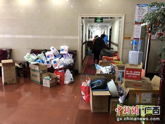 图为医疗队捐献当地的物资。