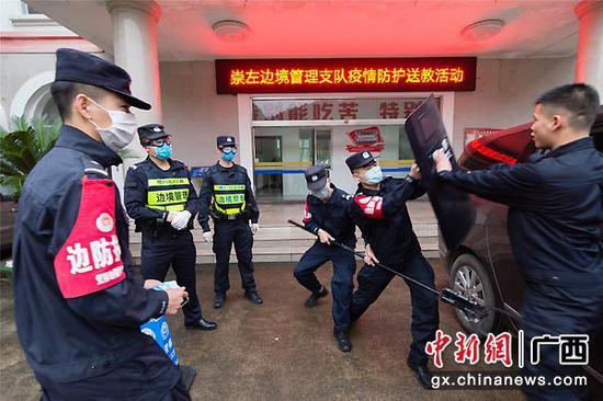 图为教官团组织开展疫情期间抓捕演练。