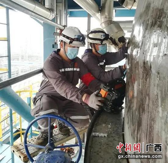 图为检验员对石化企业加氢反应器进行TOFD检测。