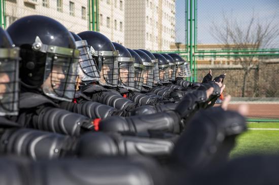 特警对模拟冲击车站突发事件人群进行手势警告。李国贤 摄