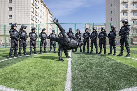 """特警进行近距离快速制服""""冲击车站暴徒""""训练。李国贤"""