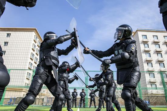 特警在模拟冲击车站中进行警棍攻防对抗演练。李国贤 摄