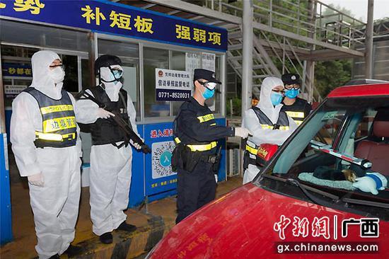 图为教官团在凭祥边境检查站执勤点现场指导送教。