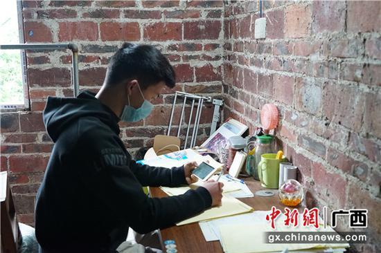 学生在家自主学习。余道锋 摄