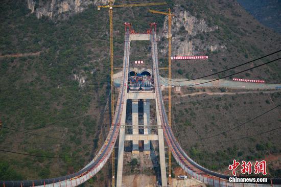 贵州兴义峰林特大桥进入紧缆施工阶段