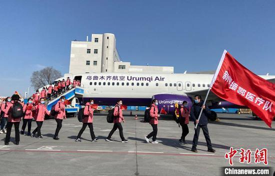 烏魯木齊航空乘務人員和英雄合影。 烏魯木齊航空供圖