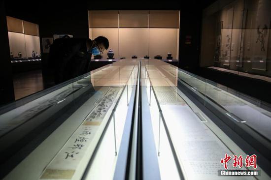 3月29日,市民戴口罩在四川博物馆内参观书法展品。据悉,根据四川省应对新冠肺炎幸运登录防控领导小组发布通告要求,四川省博物馆已于3月26日恢复开放。中新社记者 瞿宏伦 摄