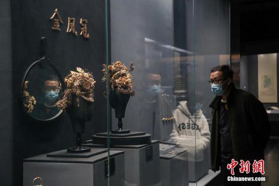 贵阳市民戴口罩参观贵州省博物馆
