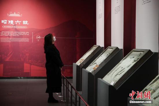 """3月29日,市民戴口罩在貴州博物館""""駿馳驥驤——中國傳統馬文化展""""參觀。據悉,根據貴州省應對新冠肺炎疫情防控領導小組發布通告要求,貴州省博物館已于3月26日恢復開放。中新社記者 瞿宏倫 攝"""
