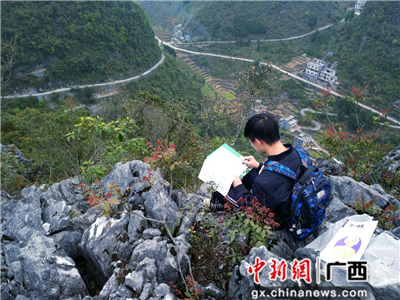 张昌颖在山顶学习。