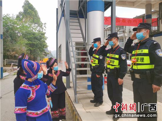 """广西移民管理警察与边民欢度""""三月三"""""""
