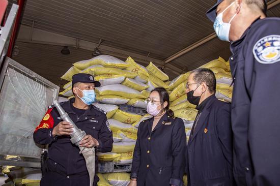 新疆铁警确保复工生产农用物资安全