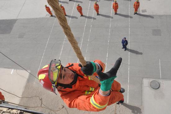 新疆巴州首批新入职消防员结训考核
