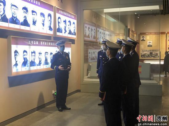 會址消防救援站政治指導員王俊傑為黨員指戰員分享英烈們的感人事跡