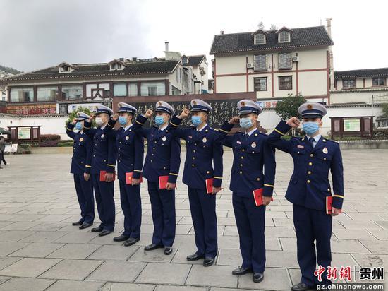 會址消防救援站黨員指戰員重溫入黨誓詞