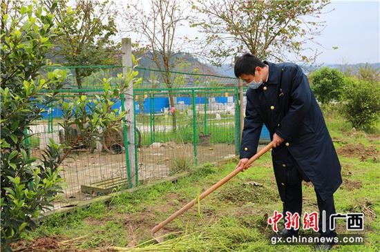 三江南站職工對小菜園進行翻土。李潔 攝