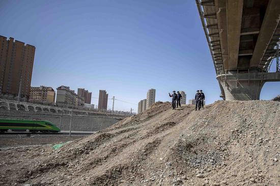 """新疆铁警安全宣传走进""""中欧班列""""线路改造施工现场"""