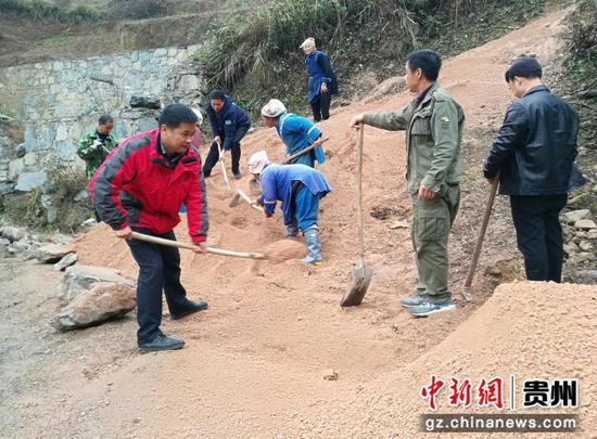 貴州民大派駐鎮遠縣報京鄉第一書記黃介武(左一)帶領群眾修路。