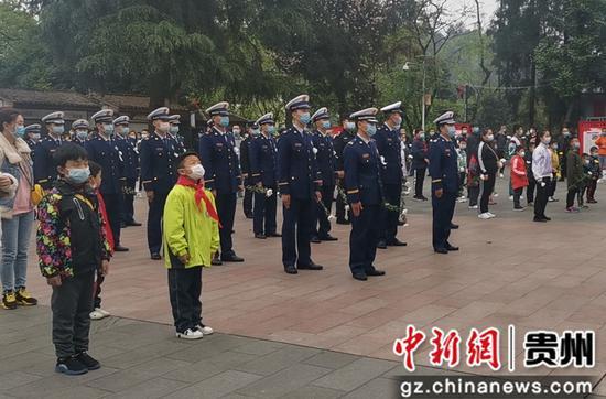 遵義紅軍烈士陵園紀念碑前,消防指戰員、學生等前來參加默哀活動