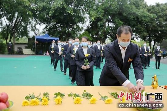 圖為全體人員敬獻鮮花。