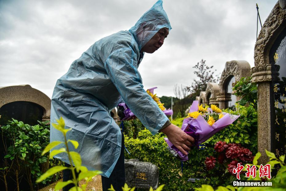 柳州公墓清明节前统一献花并祭扫 防人员聚集