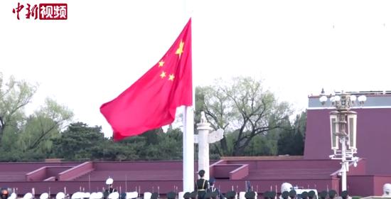 天安门广场下半旗 深切哀悼抗疫烈士和逝世同胞