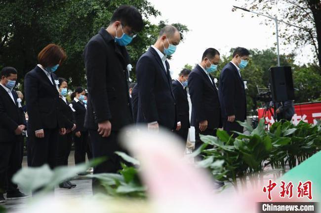 广西举行清明集体代祭扫公益活动 民众看直播线上追思