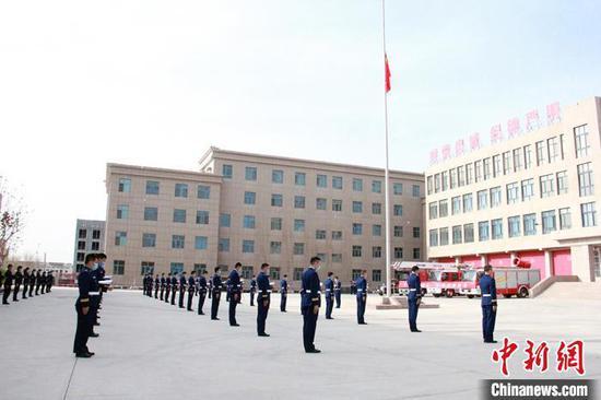 新疆各地举行哀悼活动