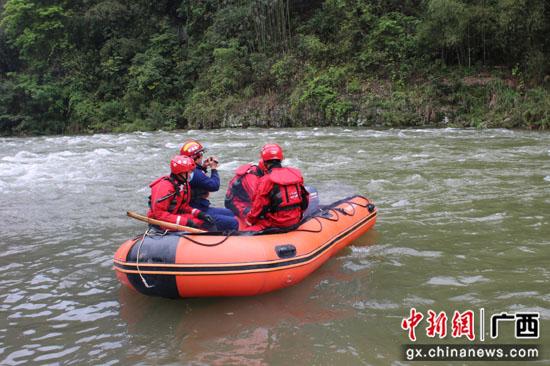 广西荔浦河水暴涨4人扫墓被困河