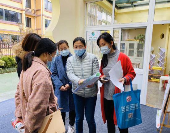 健康指導員進校園進行防疫知識指導 下城區委宣傳部提供