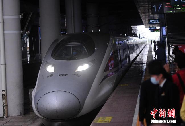 首趟离汉跨省高铁列车顺利抵达广西南宁