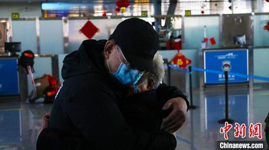 中国政府赴哈萨克斯坦抗疫医疗专家组启程