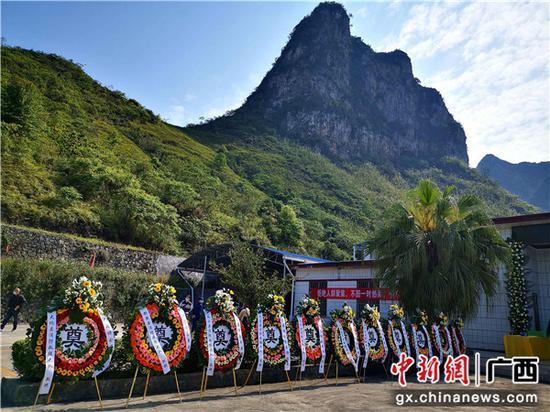 4月14日,廣西河池市各部門敬獻給韋安偉烈士的花圈。