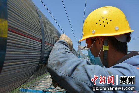 施工人员正在对主缆进行检查,严格控制质量指标。