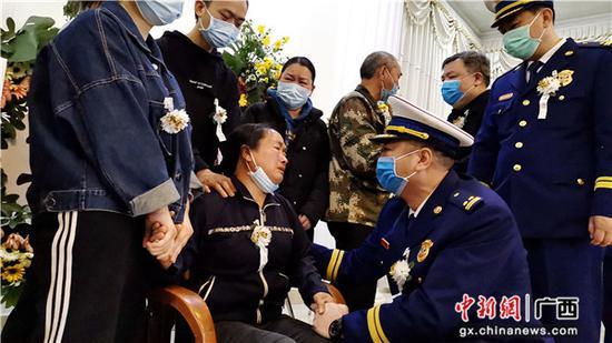 4月14日,在韋安偉烈士追悼儀式上,廣西河池市消防救援支隊的領導在慰問烈士家屬。