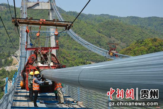 施工人员对缆机进行调试。