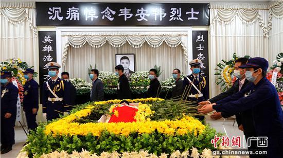 4月14日,廣西河池市各界群眾參加韋安偉烈士追悼活動。