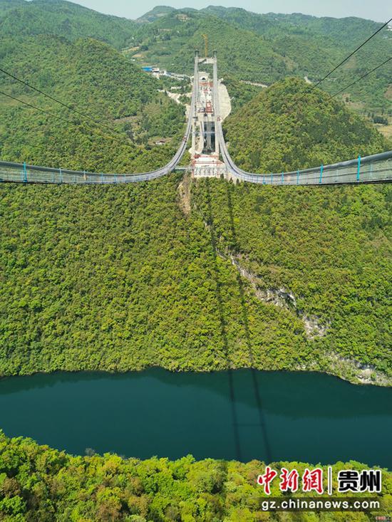 横跨乌江两岸的河闪渡乌江特大桥,矗立于青山绿色中