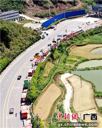 4月14日,廣西河池市為韋安偉烈士送別的車隊排起長龍。