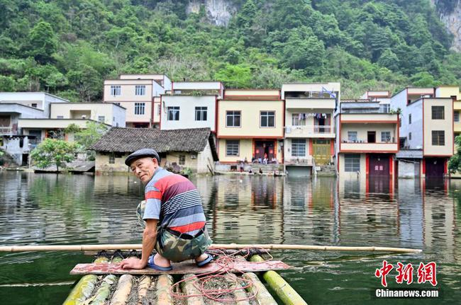 """廣西一村莊被淹成""""水村"""" 民眾乘竹筏出行"""