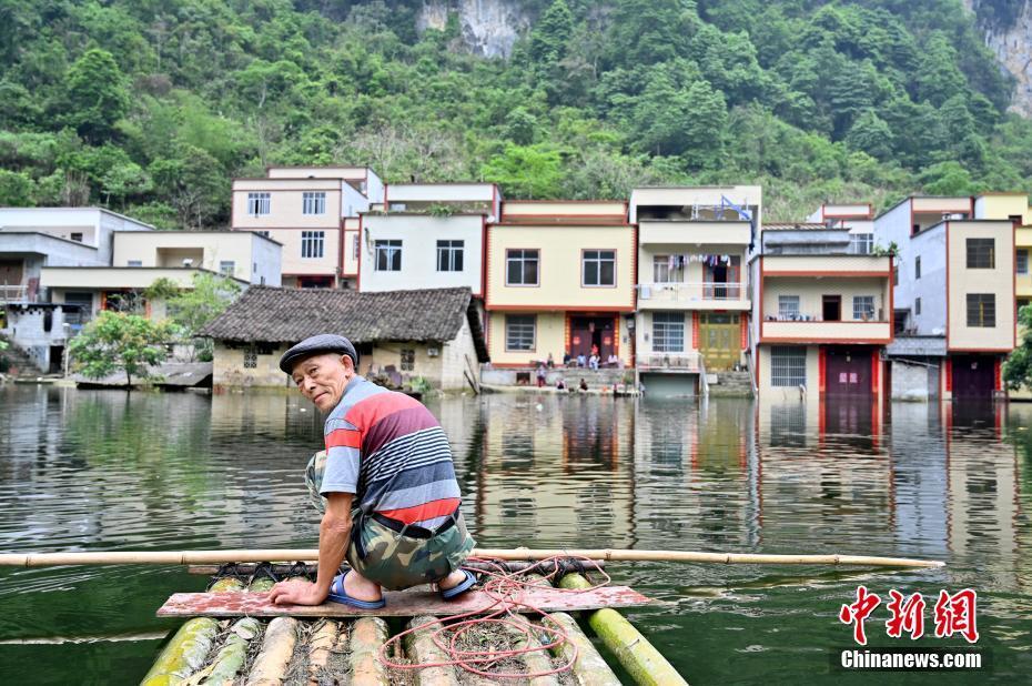 """广西一村庄被淹成""""水村"""" 民众乘竹筏出行"""