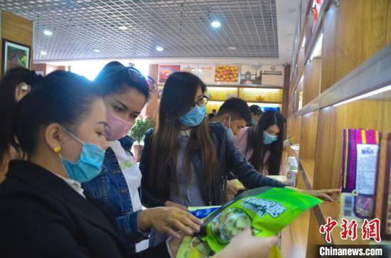 """新疆南部贫困家庭搭乘电商""""东风"""" 实现脱贫致富"""