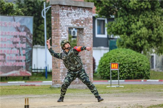 參賽官兵進行手榴彈投遠科目。  胡港 攝