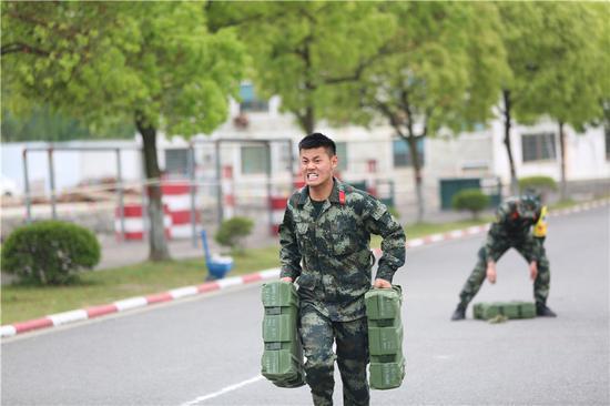 負重組合科目中,參賽官兵全力以赴。  胡港 攝