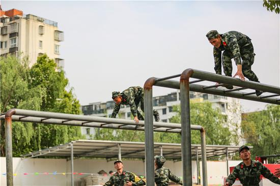 參賽官兵攀爬云梯。  胡港 攝