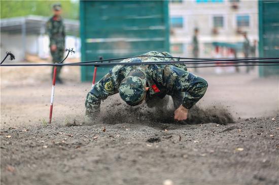 參賽官兵在400米障礙中摸爬滾打。  胡港 攝