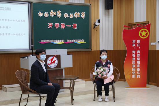 方仙女與同學們分享在武漢的故事。 童笑雨 攝